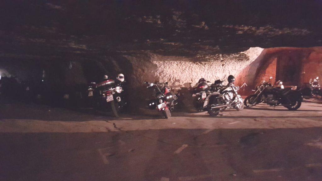 Mit dem Motorrad in die Höhle